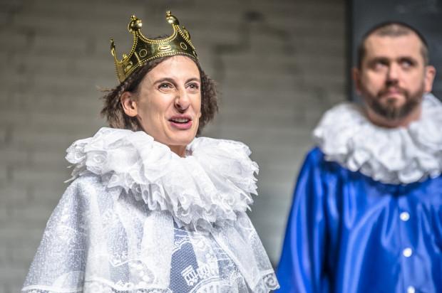 Wszystko po to, by uratować tytułową Królewnę (Katarzyna Michalska). Jednym z towarzyszy podroży Staszka jest Palipieca (Maciej Konopiński, w tle).