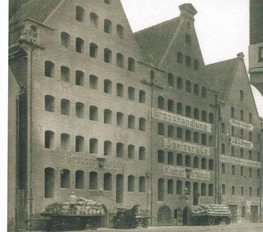 Zdjęcie trzech spichlerzy Wielki i Mały Groddeck, z których jeden dzisiaj już nie istnieje. Zdjęcie powstało w latach 1900-1906, wówczas nie należały one już do rodziny Groddecków.