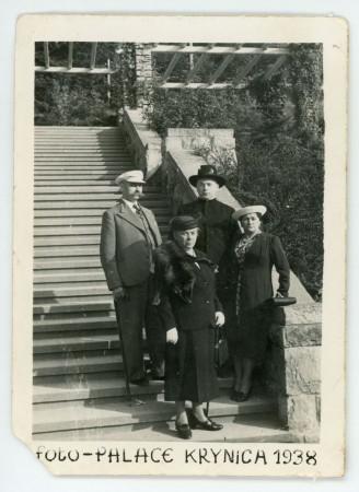 Jan Radtke z rodzeństwem w Krynicy Zdroju: bratem Stefanem oraz siostrami Waleską i Jadwigą, 1938 r. Ze zbiorów Muzeum Miasta Gdyni.