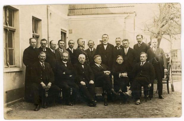 Jan Radtke (siedzi drugi z lewej) w towarzystwie członków pierwszej Rady Miejskiej w Gdyni. Burmistrz Gdyni Augustyn Krauze (stoi piąty z prawej). Fot. Roman Morawski, 1926 r. Ze zbiorów Muzeum Miasta Gdyni.