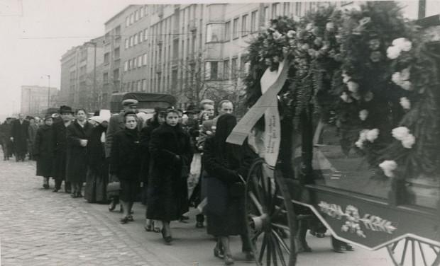 Pogrzeb Jana Radtkego, kondukt pogrzebowy na ul. 10 Lutego w Gdyni, 1958 r. Ze zbiorów Muzeum Miasta Gdyni.