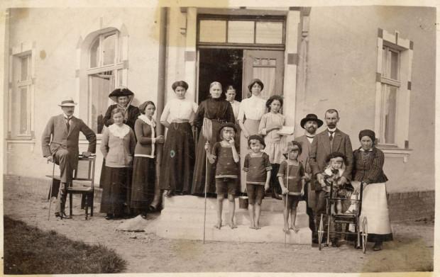 Jan Radtke (drugi z prawej) z letnikami, przed wejściem do swego domu w Gdyni, ok. 1914 r. Ze zbiorów Muzeum Miasta Gdyni.