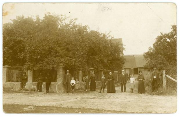 Przed wjazdem na posesję domu rodzinnego Jana Radtkego w Dębogórzu. 1917 r. Ze zbiorów Muzeum Miasta Gdyni.