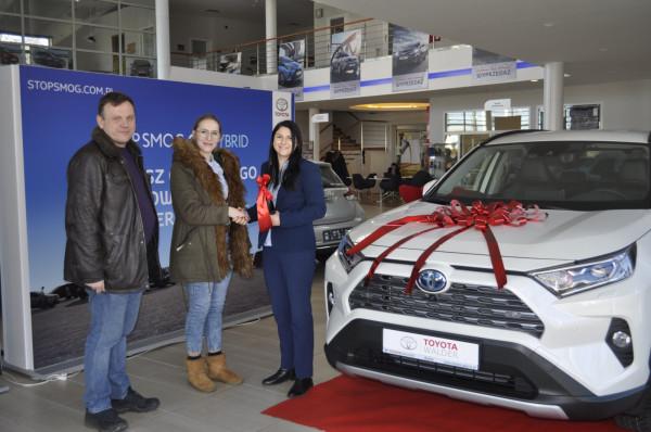Wydanie pierwszego egzemplarza RAV4 w salonie Toyota Walder w Rumi.