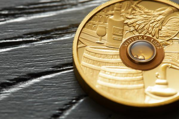 Moneta z kroplą najstarszej whisky.