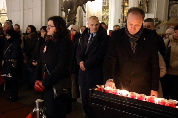 Ochroniarz strzegł Aleksandry Dulkiewicz podczas mszy w bazylice Mariackiej w poprzednią środę.
