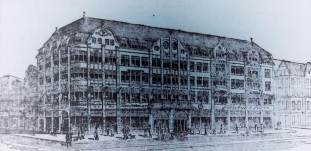 Okazały gmach Domu Handlowego Potrykus&Fuchs, zbudowanego w latach 1911 - ok. 1912. Zajmował całą pierzeję przy ul. Kołodziejskiej, między ul. Piwną a Św. Ducha, 1925 r. Ze zbiorów PAN Biblioteki Gdańskiej.