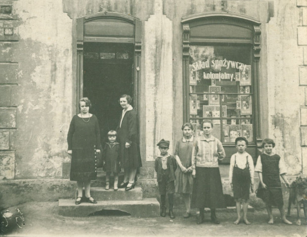 Rzadkie zdjęcie prezentujące polski sklep kolonialny we Wrzeszczu, prowadzony przez Łucję Grzymisławską, lata międzywojenne. Ze zbiorów Krzysztofa Gryndera.