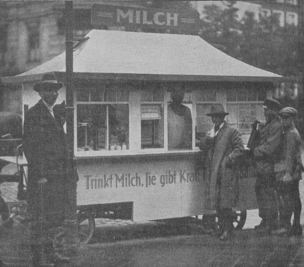 """Jeden z międzywojennych, gdańskich """"food-trucków"""" - tu akurat oferujący mleko w ramach kampanii antyalkoholowej, 1927 r. Ze zbiorów PAN Biblioteki Gdańskiej."""