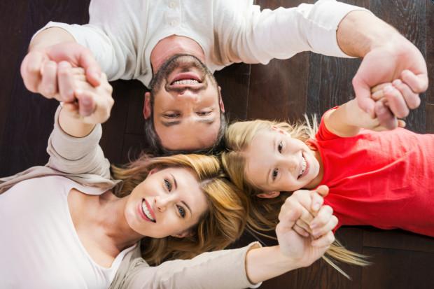 Jedynacy mają więcej możliwości na rozwój osobisty, zwykle są lepiej wykształceni (udowodniono to naukowo), a także sami rodzice mają dla nich więcej czasu.