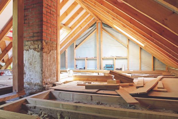 Przy budowie, wykończeniu czy remoncie poddasza niezwykle ważną rzeczą jest prawidłowe ocieplenie dachu. Od tego zależy komfort cieplny w całym domu czy mieszkaniu.