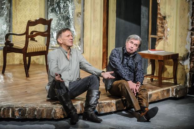 """""""Garderobiany"""" to spektakl-pojedynek dwóch wielkich aktorskich osobowości: Jana Englerta (po lewej) i Janusza Gajosa (po prawej)."""