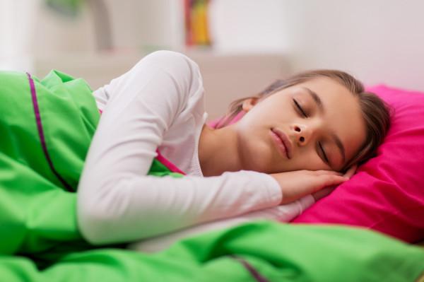 """Pomysłodawczynią akcji """"Uszyj jasia"""" jest Natalia Bielawska, mama 8-letniego obecnie Bruna. Kiedy 6 lat temu trafiła z synkiem do szpitala, zauważyła, że na oddziale dla dzieci brakuje poszewek. Kilka dni później poprosiła znajome blogerki o pomoc w uszyciu kolorowych poszewek."""