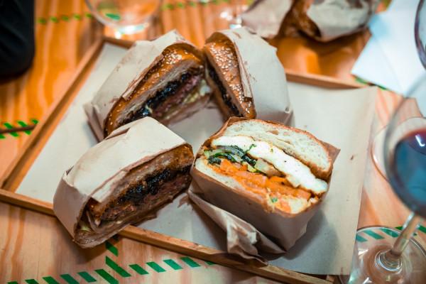 Burgery były serwowane w formie street foodu.