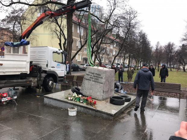 Cokół pomnika został z powrotem postawiony w to samo miejsce.