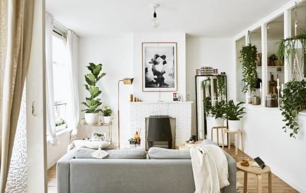 Wykończenie ściany cegłą, charakterystyczny kominek czy miękkie materiały to jedne z charakterystycznych cech skandynawskiego stylu.