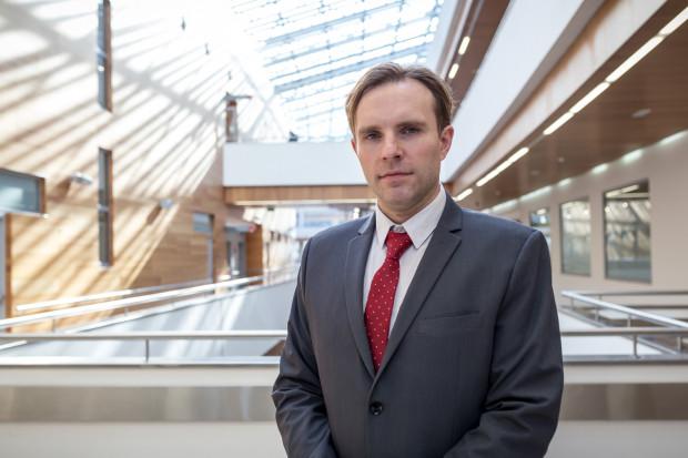 Prof. Bartosz Karaszewski, ordynator Kliniki Neurologii Dorosłych, będący jednocześnie koordynatorem leczenia udarów metodą trombektomii mechanicznej w UCK dla ośrodków regionu.