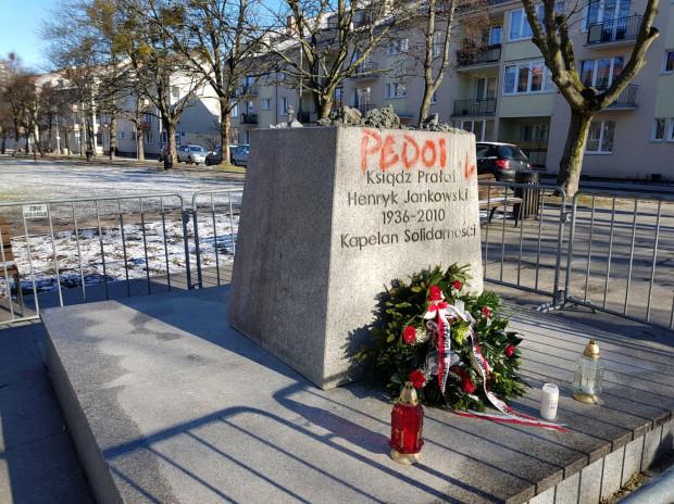 W nocy cokół pomnika ks. Jankowskiego został pomazany przez wandali.