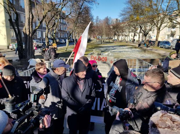 Przeciwników pomnika biało-czerwoną flagą próbuje przegonić była radna Anna Kołakowska.