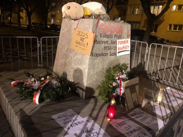 Wieczorem na cokole pomnika pojawiły się kartki z napisami.