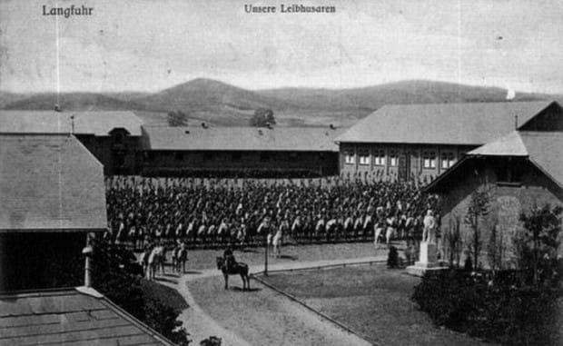 Uroczystość odsłonięcia pomnika Księcia Fryderyka Karola Hohenzollerna na terenie koszar w Strzyży Górnej, 23 czerwca 1900 r. Najpewniej w latach 1919-1920 został zdemontowany i wywieziony, dziś nie ma po nim śladu.