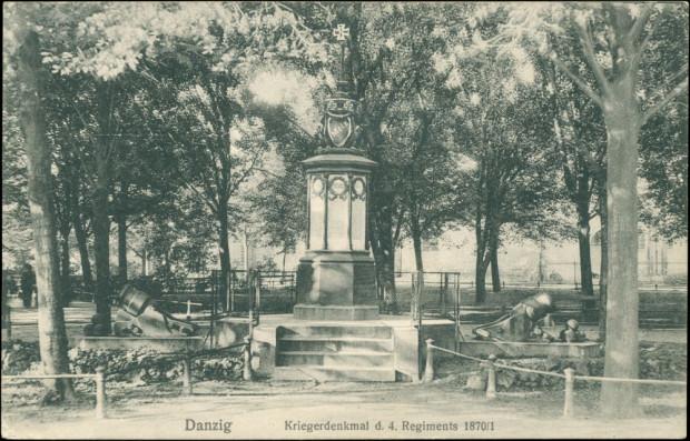 Pomnik poległych z 4. Pułku grenadierów, odsłonięty 16 maja 1873 r. na Placu Wałowym na Starym Przedmieściu. Ze zbiorów Krzysztofa Gryndera. Został zlikwidowany kilkanaście lat po wojnie.