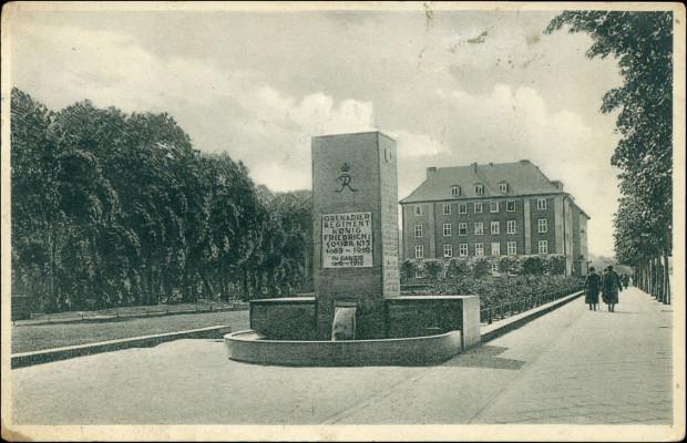 Pomnik poległych z 5. pułku grenadierów, odsłonięty 13 sierpnia 1933 r., koniec lat 30. XX w.   Ze zbiorów Krzysztofa Gryndera. Obecnie pozbawiony dawnych napisów pełni funkcję słupa ogłoszeniowego Muzeum Narodowego w Gdańsku.