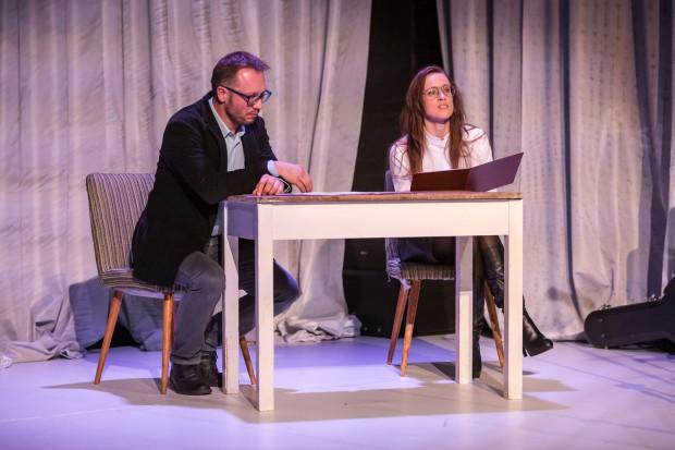 Aktorzy Teatru Wybrzeże Michał Kowalski i Dorota Androsz przeczytali fragmenty recenzji teatralnych i komentarzy Joanny Puzyny-Chojki na temat teatru.