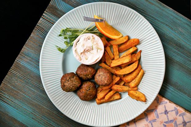 Kieftedakia - kotleciki mielone przyprawione miętą, podawane z sosem tzatziki.