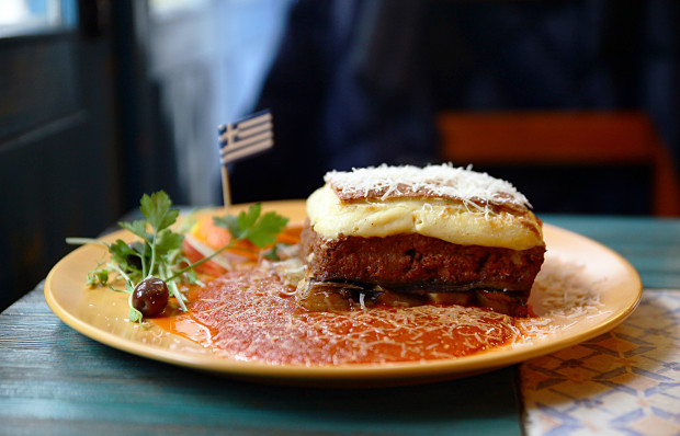 Mousakas - tradycyjne greckie danie z bakłażanów, ziemniaków i mielonego mięsa zapieczone pod beszamelem.