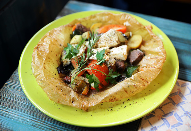 Kleftiko - baranina pieczona w piwie z warzywami i serem, podawana w pergaminie.