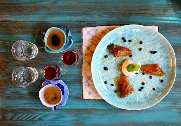 Baklavas - ciasto orzechowo-migdałowe i kawa w tygielku.