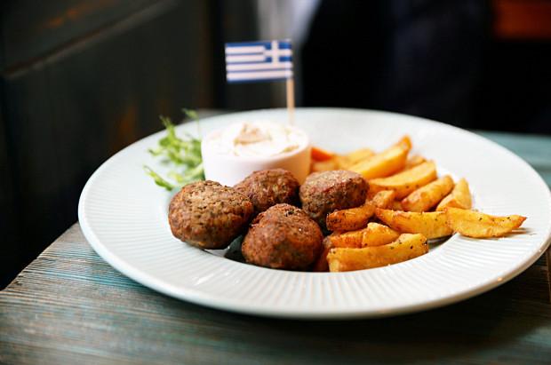 W kolejnym odcinku sprawdzamy działającą od 18 lat restaurację Santorini w Gdyni. Na zdjęciu: kieftedakia - kotleciki mielone przyprawione miętą, podawane z sosem tzatziki.