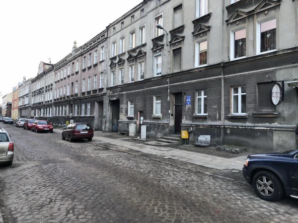 Budynek przy ulicy Strajku Dokerów 17. Remont w mieszkaniu socjalnym został prawidłowo dokończony po wielu miesiącach dopiero po interwencji radnych opozycji.