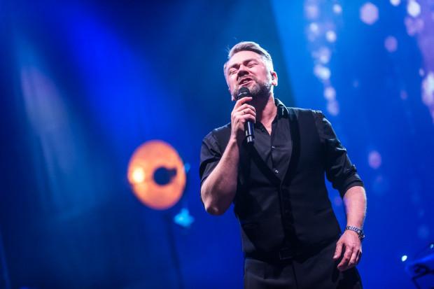Kuba Badach zaśpiewa piosenki Andrzeja Zauchy 5 marca w Teatrze Muzycznym.