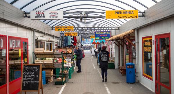 Na placu mieści się popularne nie tylko wsród mieszkańców Gdyni targowisko.