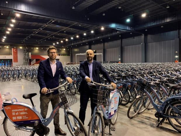 Więkoszość rowerów Mevo stoi w hali AmberExpo i wciąż nie wiadomo, kiedy zobaczymy je na ulicach.