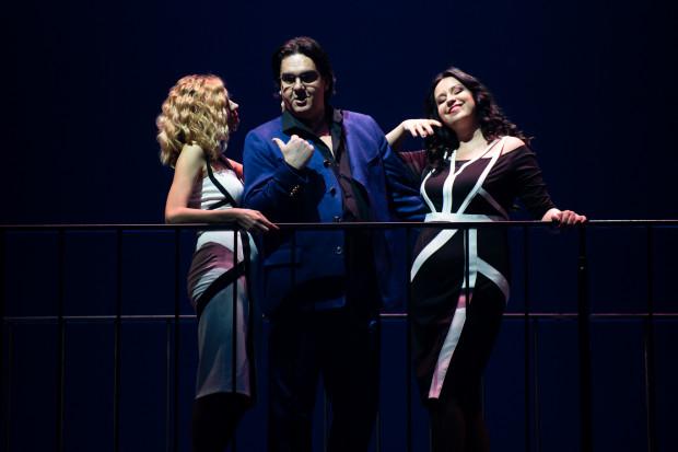 W cieniu Thaïs i Atanaela pozostaje Nicias w wykonaniu Ivaylo Mihaylova (na zdjęciu w towarzystwie Marii Antkowiak jako Krobyli, po lewej, oraz Wandy Franek jako Myrtali, po prawej).