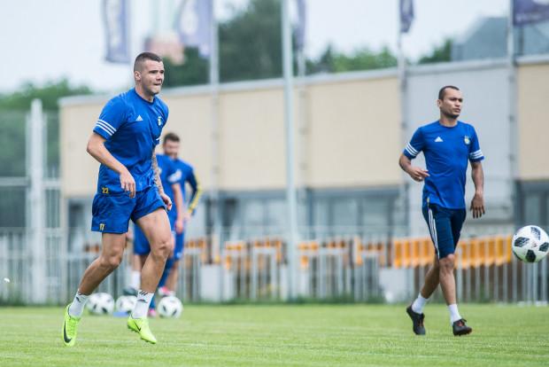 Marcus (z prawej), mimo ofert z niższych lig, zdecydował się wypełnić kontrakt w Arce Gdynia. Natomiast w ataku klub czeka ma powrót do zdrowia Aleksandyra Kolewa (z lewej).