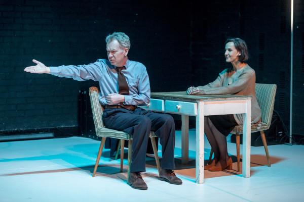 Spektakl jest aktorskim popisem Mirosława Baki, który w roli Willy'ego odmalowuje całą paletę emocji i stanów sfrustrowanego, niespełnionego człowieka, który staje się ofiarą własnych oczekiwań.