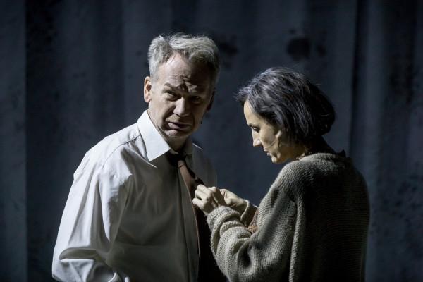 """""""Śmierć komiwojażera"""" traktuje o tych, którzy nie potrafią odnaleźć się w kapitalizmie. Najlepszym przykładem jest Willy (Mirosław Baka), na zdjęciu z żoną Lindą (Anna Kociarz)."""