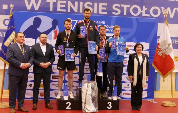 Patryk Chojnowski na najwyższym stopniu podium po turnieju singlowym mistrzostw Polski w tenisie stołowym seniorów.