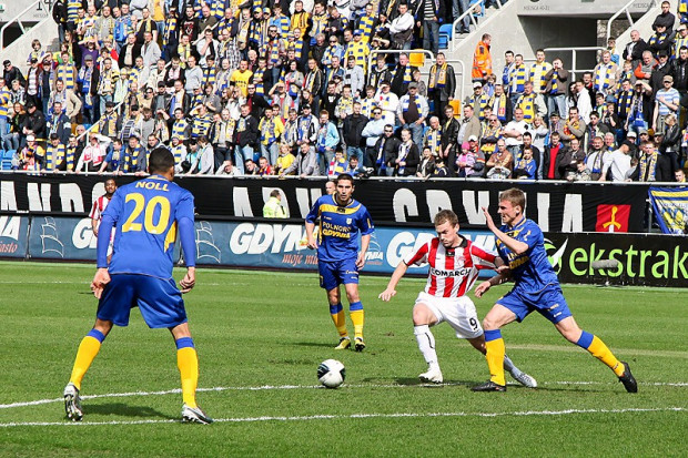 Piłkarze Arki wygrali wiosną tylko jeden mecz. U siebie pokonali Cracovię 3:0. Jeśli w środę żółto-niebiescy pokonają w Gdyni Ruch Chorzów, to uciekną ze strefy spadkowej.