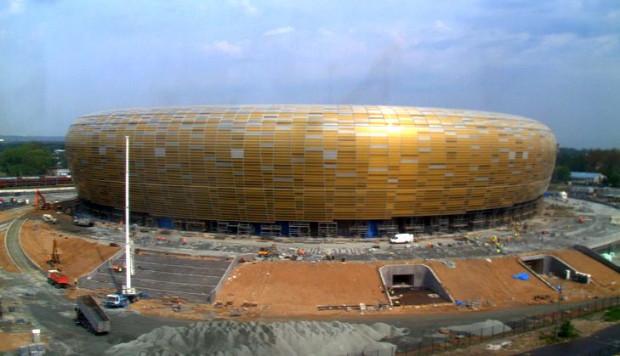 Sam stadion niebawem przestanie być placem budowy, ale dyskusje o jego adresie wciąż budzą emocje.