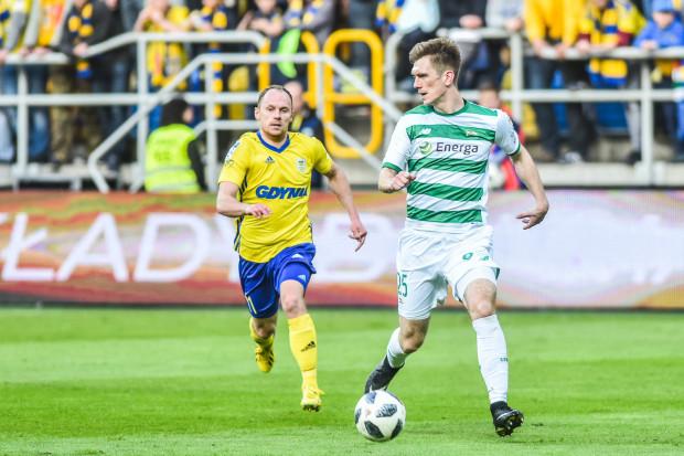 Ostatnie derby pomiędzy Arką a Lechią odbyły się 13 kwietnie 2018 roku. Gdańszczanie wygrali 2:1. Na zdjęciu Rafał Siemaszko i Michał Nalepa.