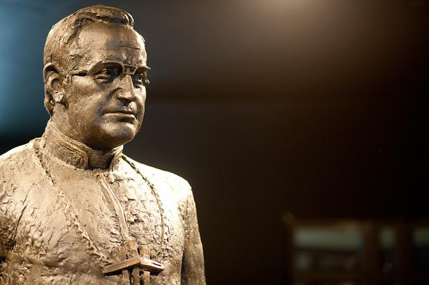 Radni zdecydowali, że pomnik ks. Jankowskiego zostanie usunięty ze skweru przy ul. Stolarskiej. Oskarżany o pedofilię ks. prałat zostanie też pozbawiony tytułu Honorowego Obywatela Miasta Gdańska, zmieniona zostanie też nazwa skweru, na którym stoi obecnie monument.