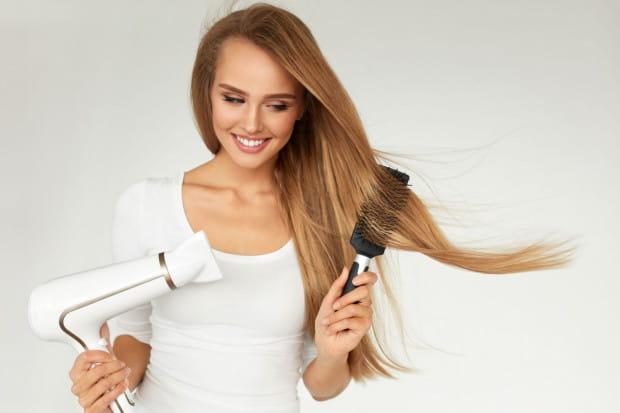 Należy pamiętać, aby włosy zawsze suszyć zgodnie z kierunkiem ich wzrostu.