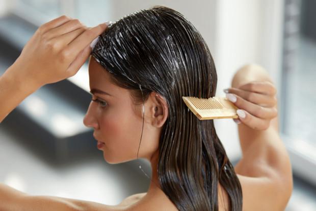 Aby osiągnąć widoczne efekty, warto przestrzegać podstawowych zasad olejowania, m.in. zawsze rozczesywać włosy przed i po olejowaniu.