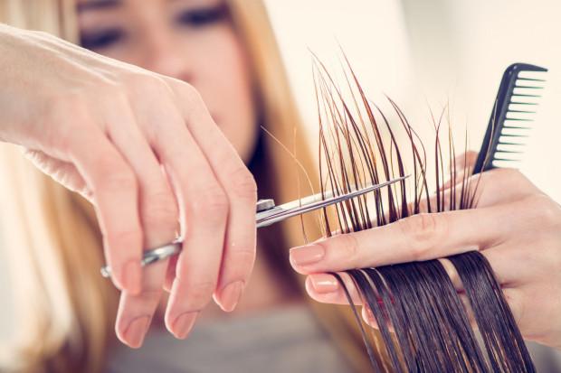 Warto regularnie podcinać końcówki włosów.