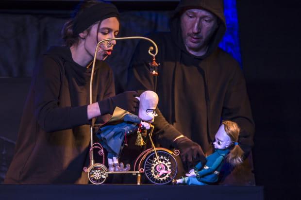 Najefektowniejszą lalką przedstawienia (dopracowaną w najmniejszych szczegółach) jest przybysz z obcego wymiaru przekonujący Alka do podjęcia ryzykownej misji (animuje go Aleksandra Miska).